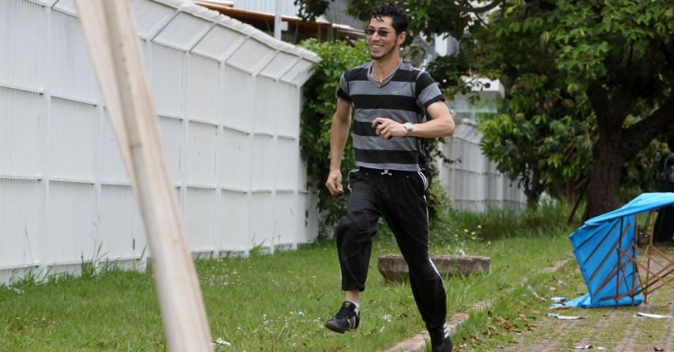 4.nov.2012 - Candidato corre para não perder a hora do segundo dia de provas do Enem 2012 em Brasília