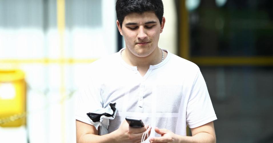 4.nov.2012 - Candidato deixa local de prova do segundo dia de provas do Enem 2012 em Curitiba