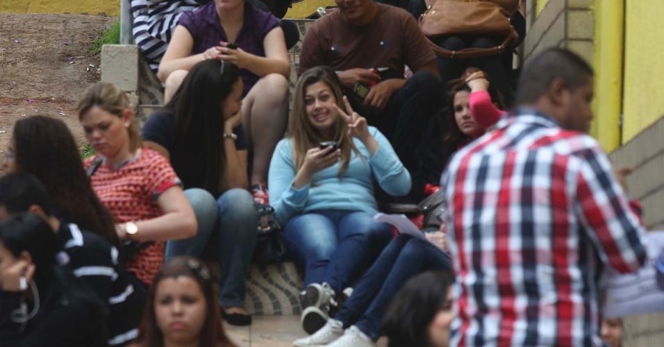 4.nov.2012 - Candidatos aguardam a abertura dos portões do segundo dia de provas do Enem 2012 em Ribeirão Preto