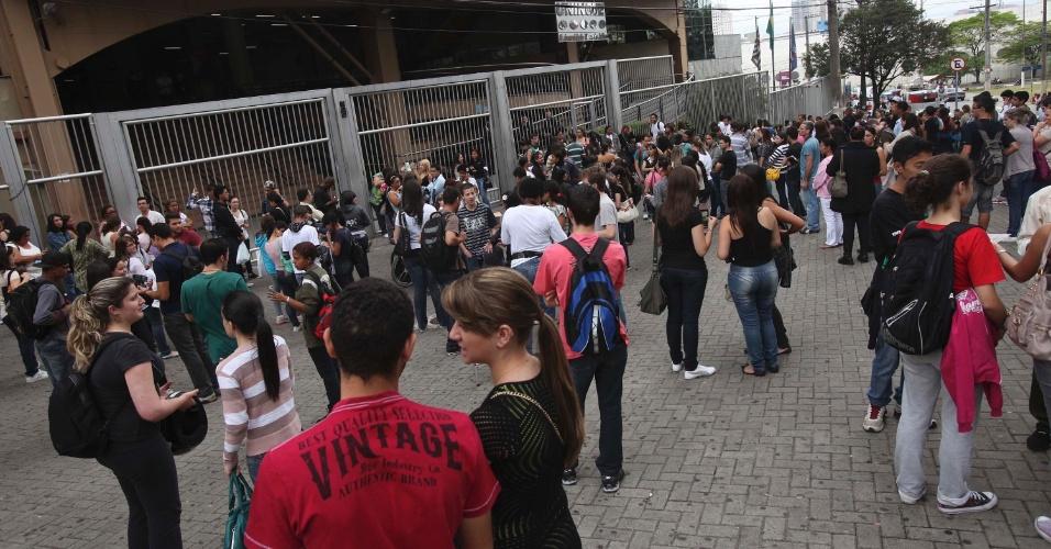 4.nov.2012 - Candidatos aguardam a abertura dos portões do segundo dia de provas do Enem 2012 na zona oeste de São Paulo