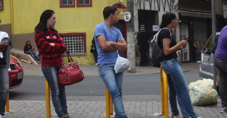 4.nov.2012 - Candidatos aguardam a abertura dos portões dos locais de prova do segundo dia de provas do Enem 2012 em São Paulo