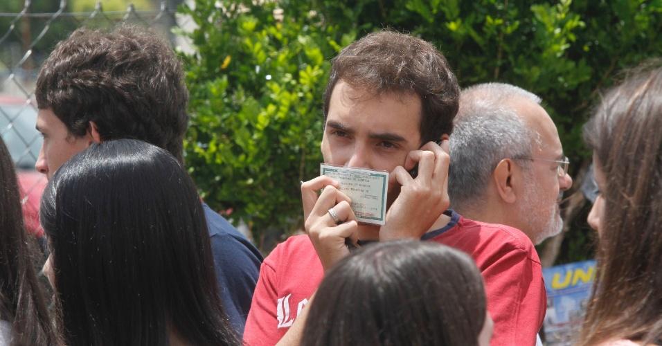 4.nov.2012 - Candidatos aguardam para fazer o Enem 2012 em Campinas (SP), neste domingo