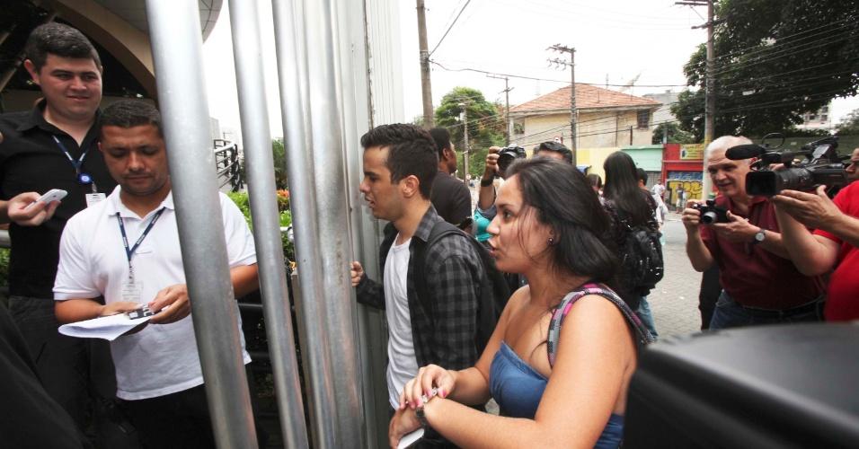 4.nov.2012 - Candidatos atrasados chegam em local de prova do Enem 2012 após fechamento dos portões na zona oeste de São Paulo