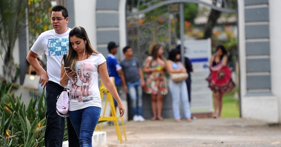 4.nov.2012 - Candidatos começam a deixar o local de prova no segundo e último dia do Enem 2012, em Belo Horizonte
