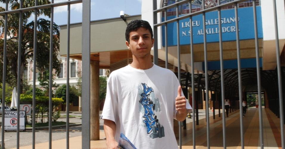 4.nov.2012 - Candidatos começam a sair de local de prova do Enem 2012 em Campinas (SP), na tarde deste domingo