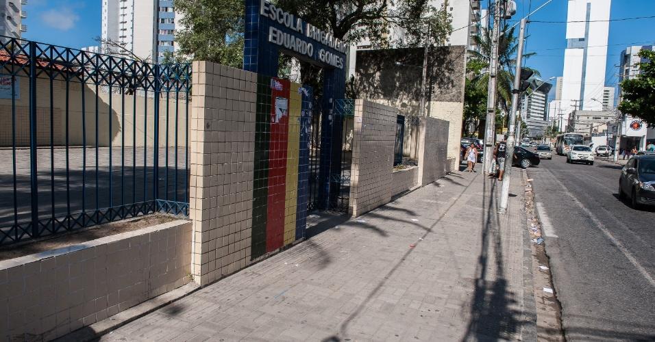 4.nov.2012 - Fachada da escola vazia, sem a presença de parentes ou amigos esperando pelos candidatos no segundo dia de provas do Enem 2012 em Pernambuco