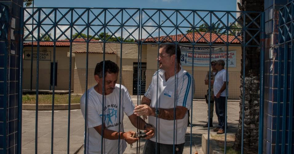 4.nov.2012 - Fiscais fecham o portão de acesso aos locais de prova do Enem 2012 em Pernambuco