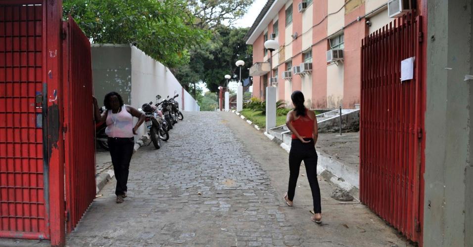 4.nov.2012 - Fiscal aguarda horário para fechamento do portão do segundo dia de provas do Enem 2012 em Salvador