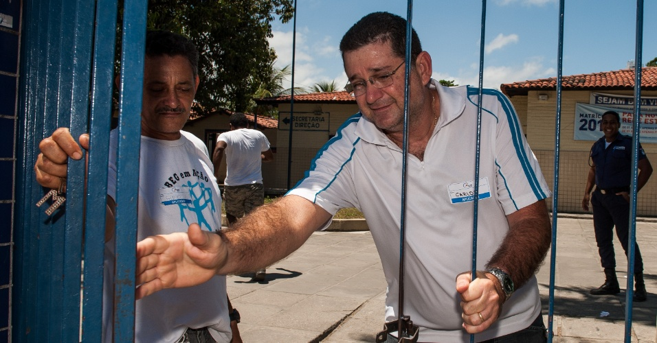 4.nov.2012 - Fiscal fecha portão após candidato ter parado o trânsito para conseguir chegar na hora no local de prova do segundo dia do Enem 2012 em Pernambuco