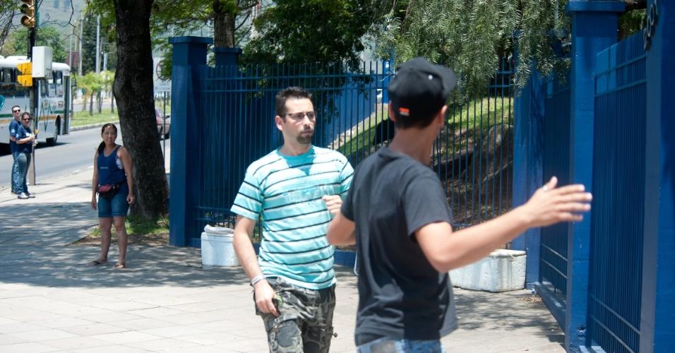 4.nov.2012 - Gleison Gomes da Silva, de 18 anos, e André Alvarenga Simon, 31, chegam instantes após o fechamento dos portões da Fapa, em Porto Alegre. O ônibus no qual estavam quebrou um pouco antes do local das provas