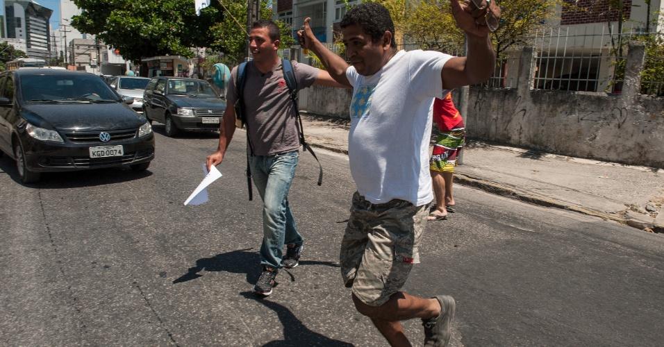 4.nov.2012 - Homem chega em cima da hora, para o trânsito e se torna o último candidato a entrar antes do fechamento dos portões do segundo dia de provas do Enem 2012 em Pernambuco