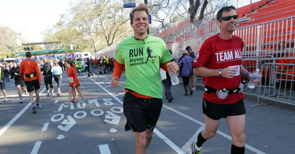 4.nov.2012 - Lance Sven (de camiseta verde) corre no Central Park pela Maratona