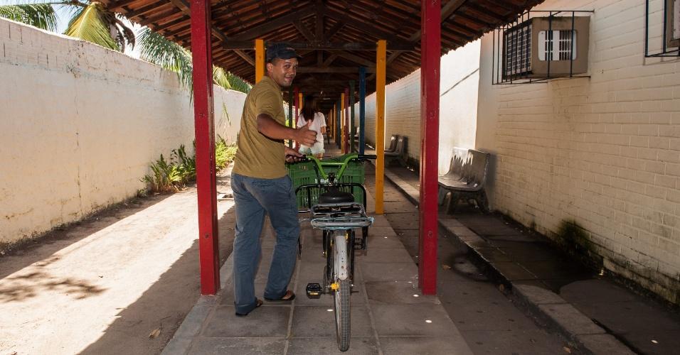 4.nov.2012 - Marcos Joaquim, 32, leva sua bicicleta para fazer o segundo dia de provas do Enem 2012 em Pernambuco