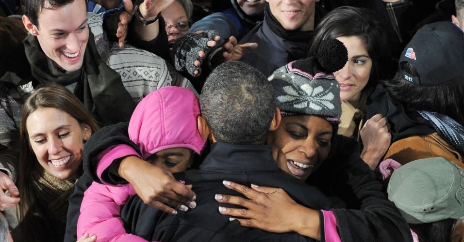 4.nov.2012 - O presidente dos EUA e candidato democrata à reeleição, Barack Obama, é abraçado por eleitores durante evento de campanha