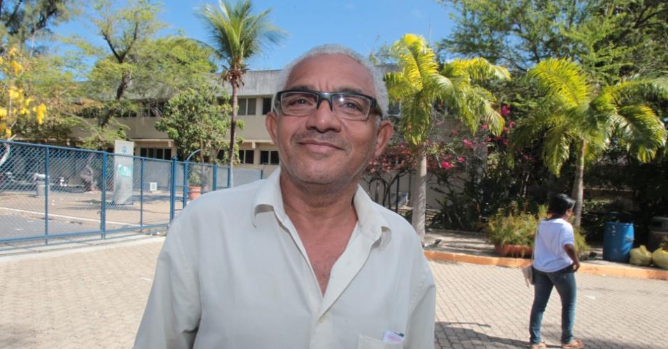 4.nov.2012 - Ocelo Barbosa de Oliveira, de 58 anos, sai do local de provas no segundo dia do Enem 2012, em Fortaleza