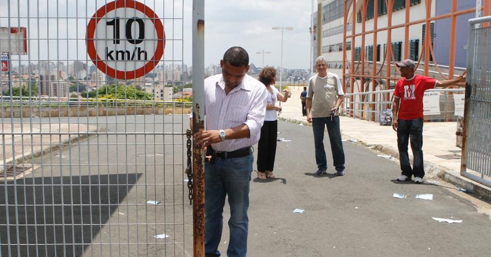 4.nov.2012 - Portões do local de provas do Enem 2012 em Campinas (SP) são fechados neste domingo