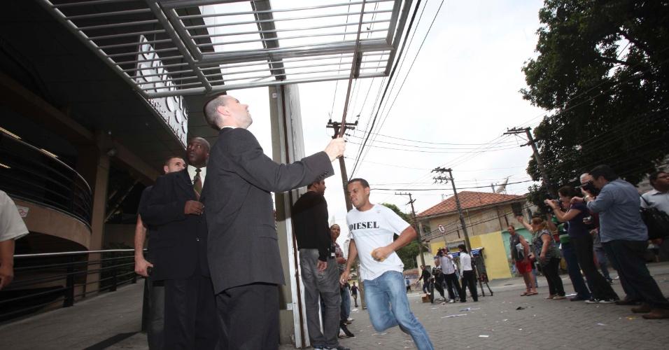 4.nov.2012 - Portões são fechados em local de prova do Enem 2012 na zona oeste de São Paulo