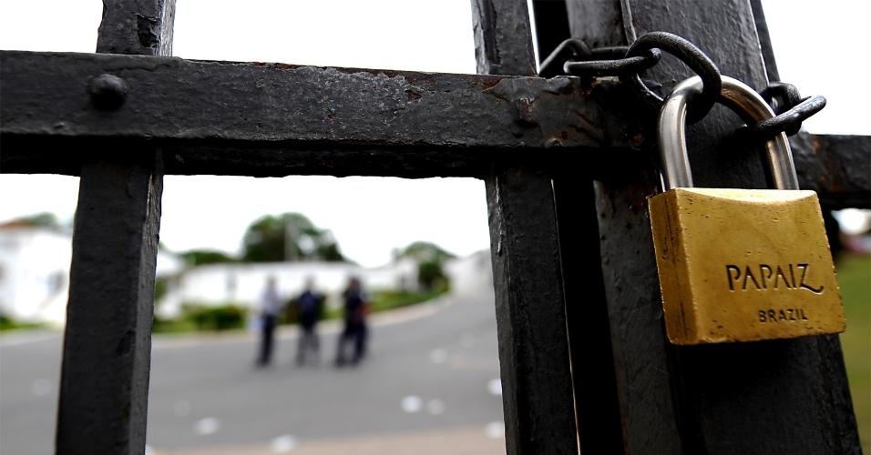 4.nov.2012 - Portões são fechados na PUC de Minas Gerais para o começo do segundo dia de provas do Enem 2012