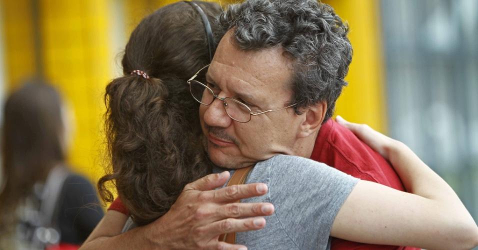 4.nov.2012 - Rubens Bertazolli, de 47 anos, e Carolina Bertazolli, de 17 anos, se abraçam antes da prova do Enem 2012, em Curitiba