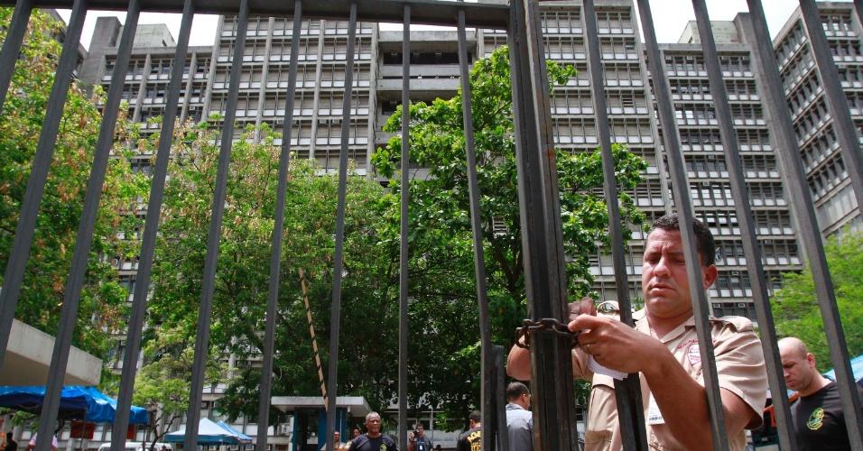 4.nov.2012 - Segurança fecha com cadeado portão de acesso aos locais de prova do segundo dia de provas do Enem 2012 no Rio de Janeiro