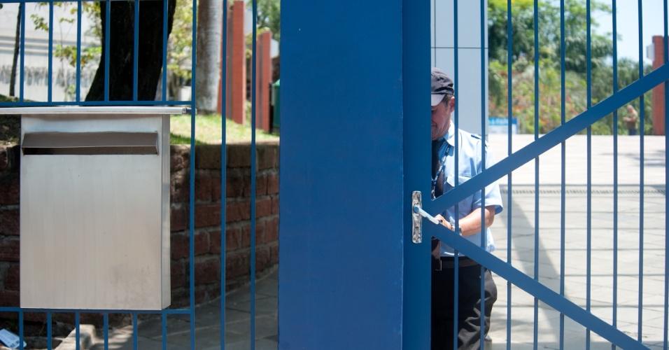 4.nov.2012 - Seu Assis, responsável pelos portões da Fapa, fecha a entrada do prédio, às 13h em ponto, em Porto Alegre