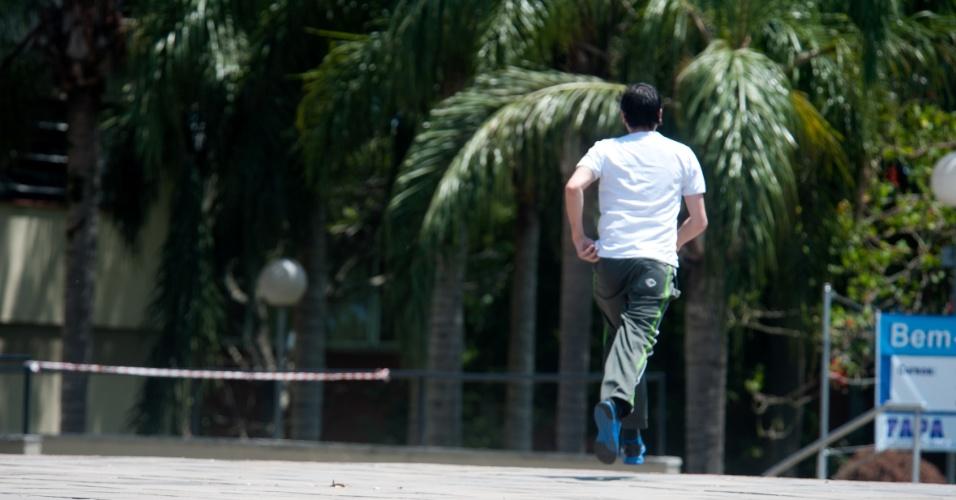 4.nov.2012 - Últimos candidatos entram na Fapa (Faculdades Porto-Alegrenses), em Porto Alegre, onde realizariam exames para o Enem 2012