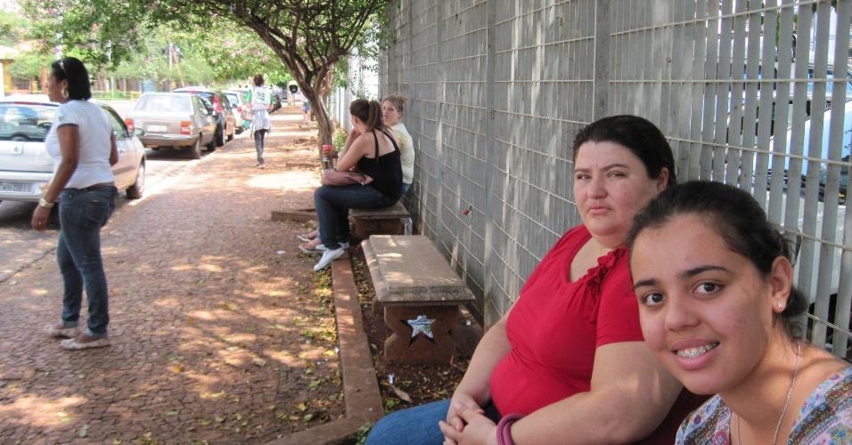 4.nov.2012 - Vanessa Souza, 17, (à dir.) está tranquila e descansada para a prova deste domingo; ela tenta uma vaga em direito