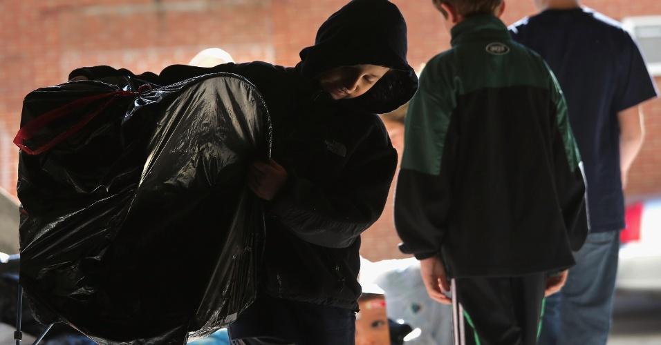 4.nov.2012 ? Voluntários trazem suprimentos para um centro de ajuda criado na Arena Lond Island Ice para as vítimas da tempestade Sandy. Centenas de voluntários se uniram para ajudar a distribuir alimentos e roupas para os moradores afetados pela tempestade