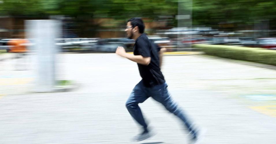 4.nov.2012 Candidato corre para alcançar local de prova antes do fechamento dos portões para o segundo dia de prova do Enem 2012 em Curitiba
