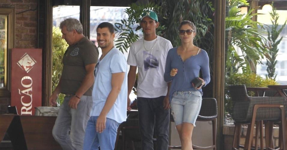 Cauã Reymond sorri para fotógrafo na saída da churrascaria Porcão, no Rio de Janeiro, onde foi com a mulher, Grazi Massafera (4/11/2012)