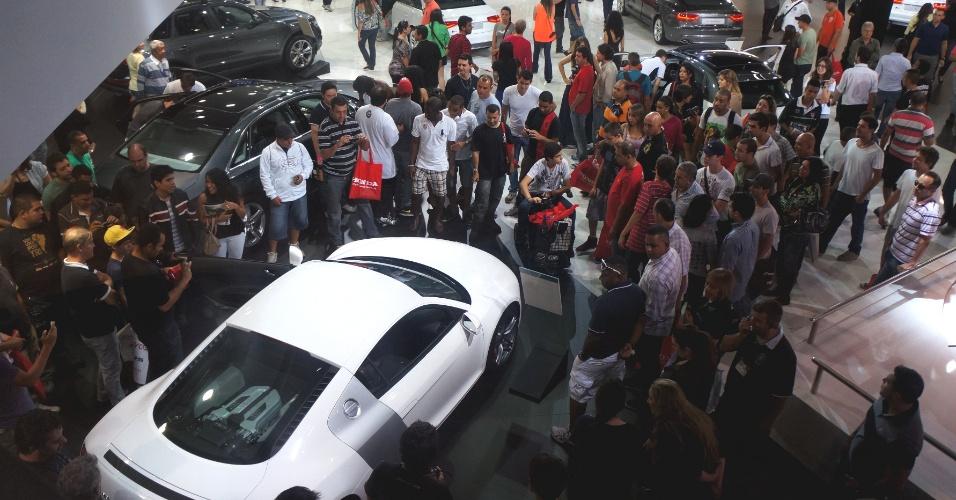 Com as portas do Anhembi fechadas, fabricantes ligaram motores, fizeram buzinaço e últimos visitantes do Salão do Automóvel de São Paulo 2012 presenciaram momento raro