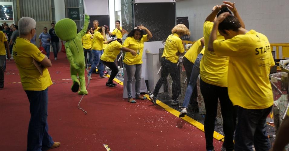 Com portões fechados, funcionário fantasiado de um dos estandes espirrou spray de espuma sobre fiscais da organização do Salão