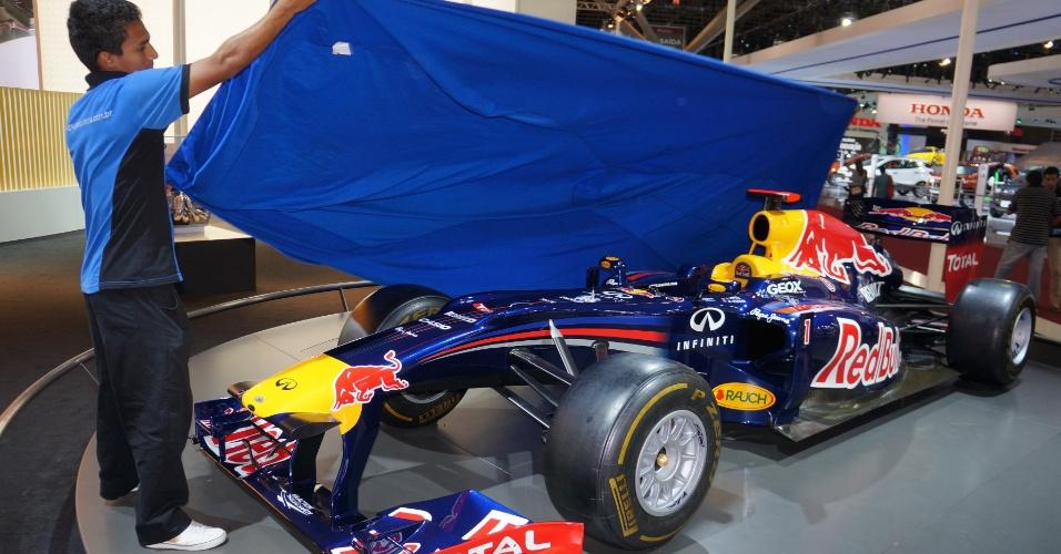 Exatamente às 19h deste domingo (4), hora de encerramento oficial do Salão, funcionários da Renault começam a cobrir atrações do estande, incluindo réplica de carro de F-1