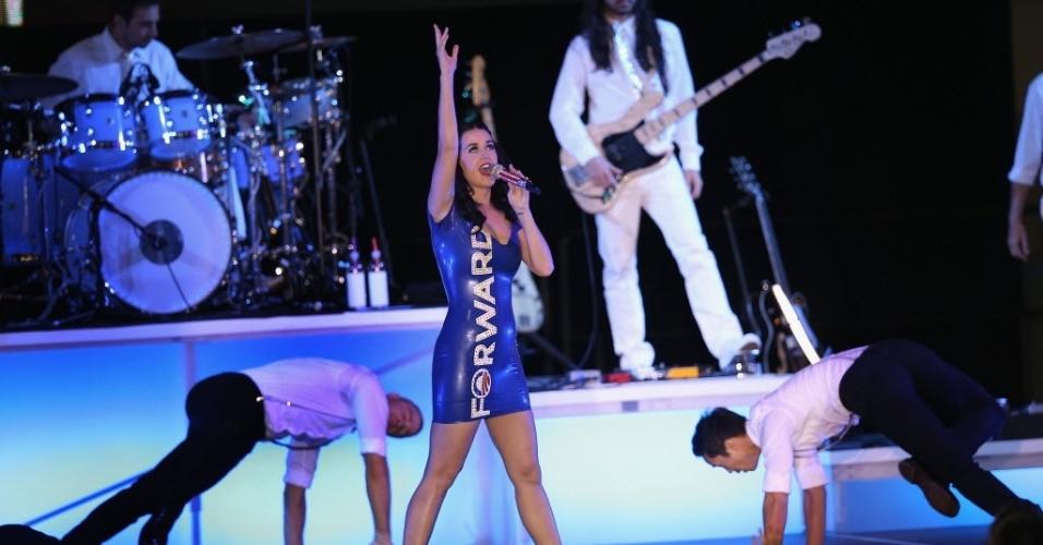 Katy Perry se apresenta em Milwaukee, Wisconsin, usando vestido azul estampado com o lema da campanha de reeleição do presidente Barack Obama (3/11/12)