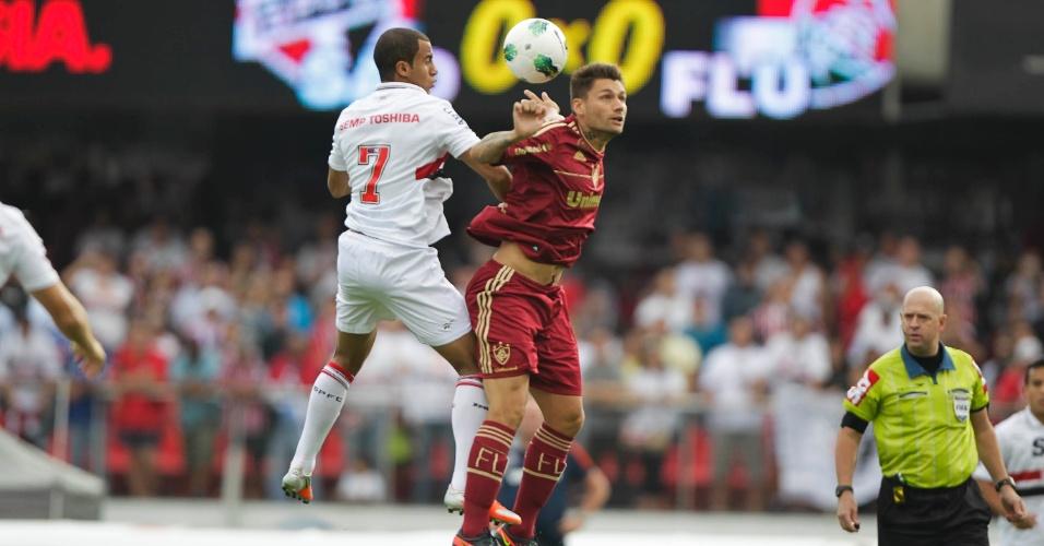 Lucas e Rafael Sóbis disputam bola aérea na partida entre São Paulo e Fluminense no Morumbi