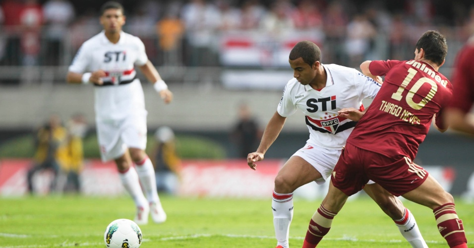 Lucas tenta o drible pra cima de Thiago Neves na partida entre São Paulo e Fluminense no Morumbi