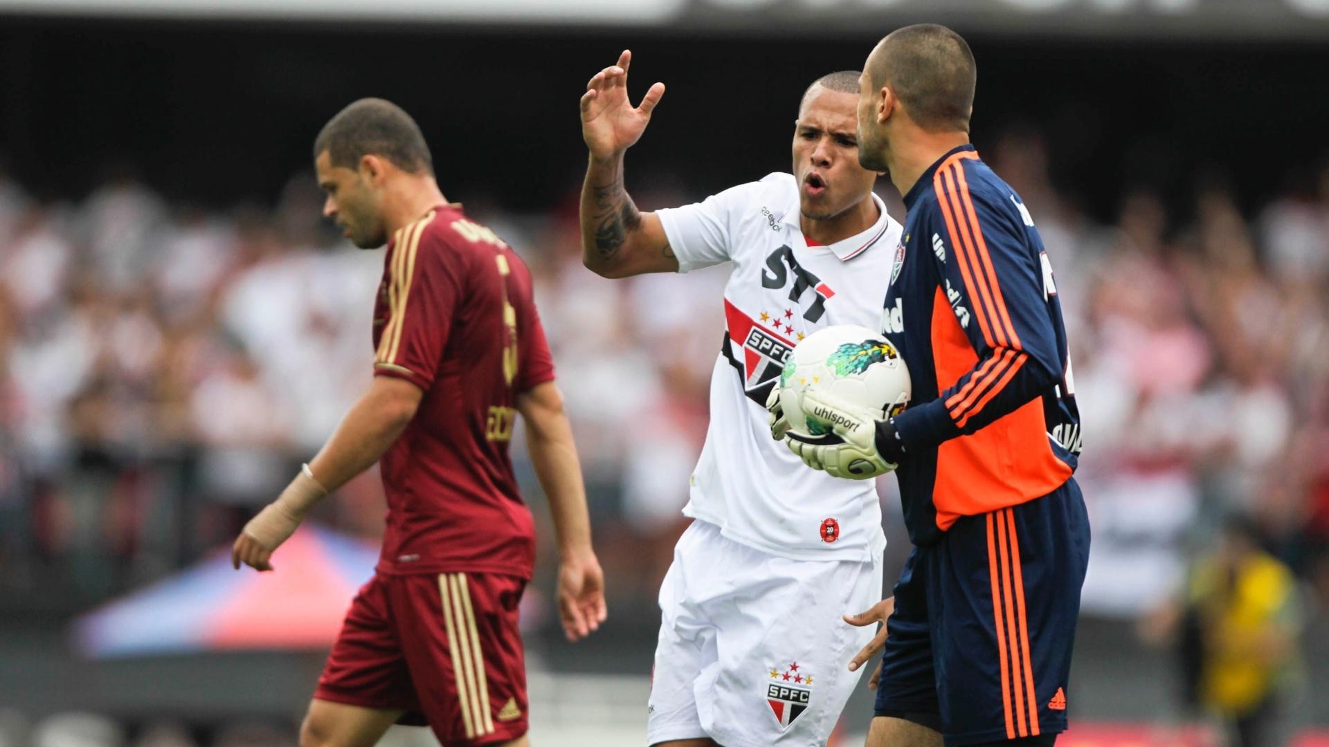 Luis Fabiano discute com goleiro Diego Cavalieri na partida entre São Paulo e Fluminense no Morumbi