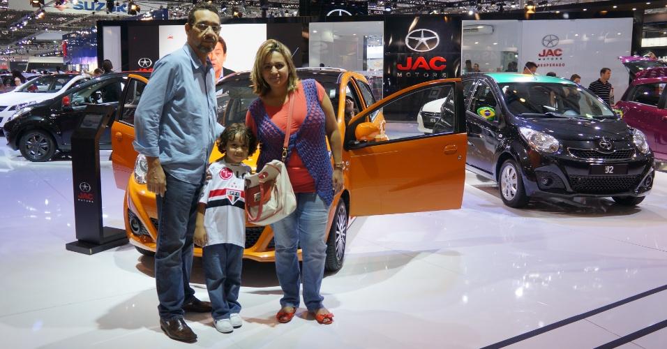 O engenheiro Rogério Rocha e sua família foram os últimos a entrarem no Anhembi, no último dia do Salão; primeiro estande visitado foi o da chinesa JAC, mas estavam curiosos para ver simulador de trânsito e novo Ford Fusion