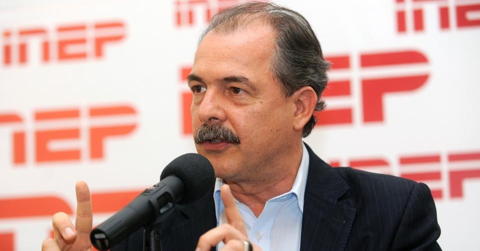 O ministro da Educação, Aloizio Mercadante, durante entrevista coletiva em que apresenta balanço das provas do Enem 2012