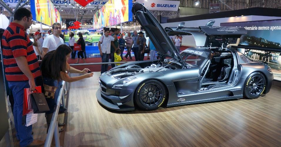 Últimos visitantes tirm fotos de carros raros, como o SLS AMG GT3 45th Anniversary, de US$ 580 mil; Salão durou 12 dias e atraiu cerca de 750 mil pessoas