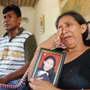 Mãe chora com o retrato de filha que teria sido levada por quadrilha que explora o tráfico de pessoas no AM