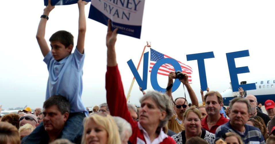 5.nov.2012 - Apoiadores do candidato republicano Mitt Romney comparecem a um comício no aeroporto Orlando Stanford, em Orlando, Flórida. Romney começou o último dia inteiro de campanha na Flórida, Estado onde as eleições ainda estão indefinidas, a exemplo de Wisconsin, Ohio, Iowa, Colorado, Virginia e New Hampshire