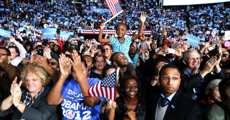 5.nov.2012 - Apoiadores do presidente Barack Obama celebram em evento de campanha do candidato democrata em Columbus, Ohio. Obama e o candidato republicano, Mitt Romney, fazem uma maratona de última hora para convencer eleitores indecisos nos Estados-chave, onde a corrida presidencial segue indefinida