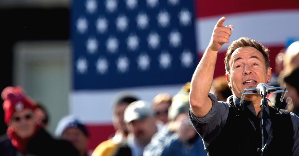 5.nov.2012 - Bruce Springsteen apresenta o presidente Barack Obama em comício realizado na cidade de Madison, Wisconsin, no norte dos EUA