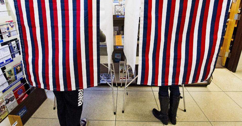 5.nov.2012 - Eleitores de Toms River, em Nova Jersey, votam em uma sessão especial de votação antecipada, feita para que pessoas afetadas pela passagem do furacão Sandy pudessem depositar seus votos e eles chegarem pelo correio a tempo para a apuração desta terça-feira (6), dia final das eleições norte-americanas