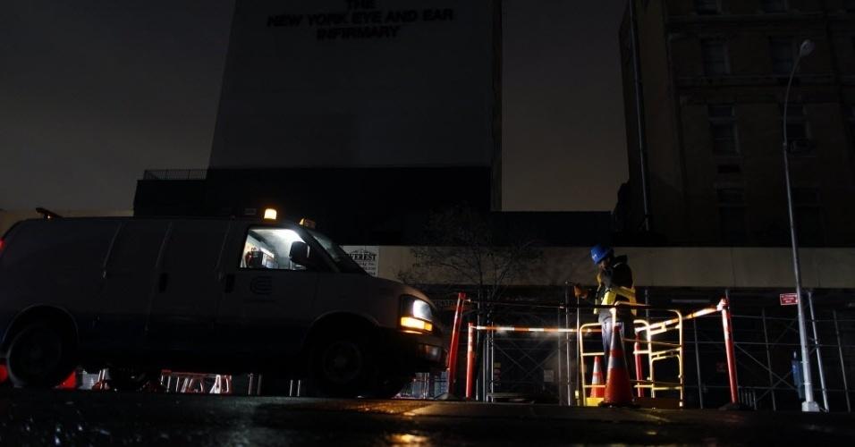 5.nov.2012 - Funcionário de empresa de fornecimento de energia trabalha para restaurar a luz em área de Nova York depois da passagem da tempestade Sandy