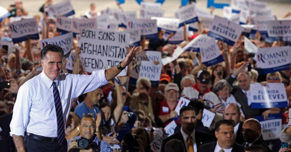 5.nov.2012 - O candidato republicano à presidência dos EUA, Mitt Romney (à esq.), participa de comício em Sanford, na Flórida