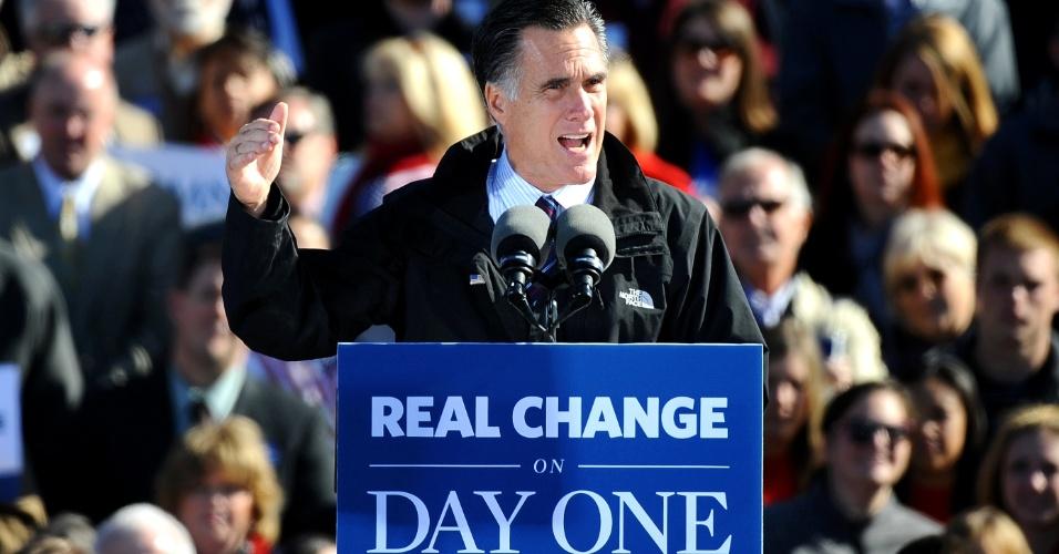 5.nov.2012 - O candidato republicano à presidência dos EUA, Mitt Romney, faz discurso no aeroporto regional de Lynchburg, Virginia, um dos Estados-chave na campanha presidencial. Ambos os candidatos estão usando os últimos dias antes das eleições, nesta terça-feira (6), para percorrer os sete Estados onde a situação ainda está indefinida