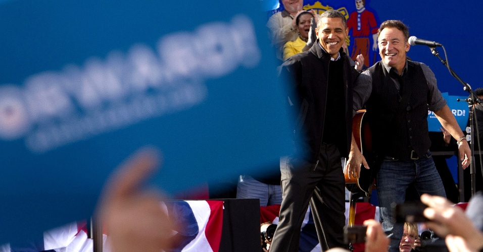 5.nov.2012 - O cantor norte-americano Bruce Springsteen e o candidato democrata à presidência dos EUA, Barack Obama, dividem o palco durante campanha em Madison, Wisconsin. Obama faz uma maratona de última hora para convencer eleitores indecisos nos Estados-chave de Wisconsin, Ohio e Iowa