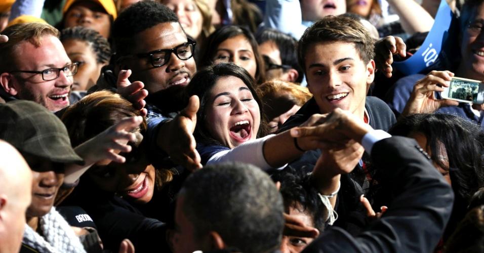 5.nov.2012 - O presidente dos EUA, Barack Obama, cumprimenta eleitores em evento de campanha do candidato democrata em Columbus, Ohio. Obama e o candidato republicano, Mitt Romney, fazem uma maratona de última hora para convencer eleitores indecisos nos Estados-chave, onde a corrida presidencial segue indefinida